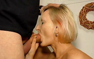 Blonde Petra fickt fuer Geld